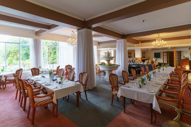 Het ontbijtbuffet wordt geserveerd in de grote zaal van het restaurant van het hotel, nieuw-zeeland