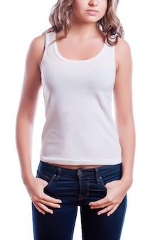 Het ontwerpconcept van de t-shirt - vrouw in lege witte t-shirt