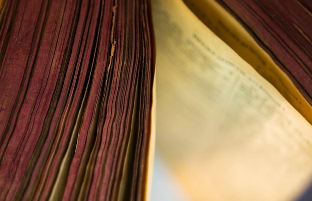 Het open oude bijbelboek.