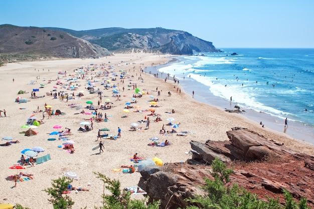 Het openbare strand aan de oceaan in portugal.