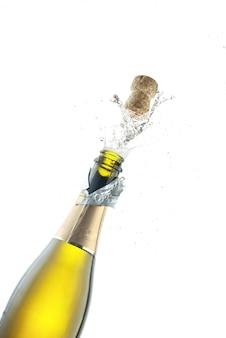 Het openen van een fles champagne op een witte achtergrond