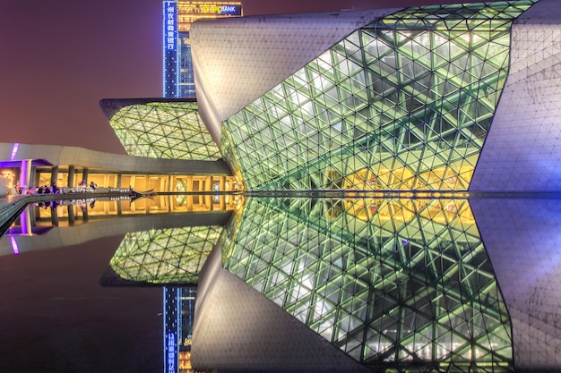 Het operahuis van guangzhou en bezinning over het water bij nachtlandschap