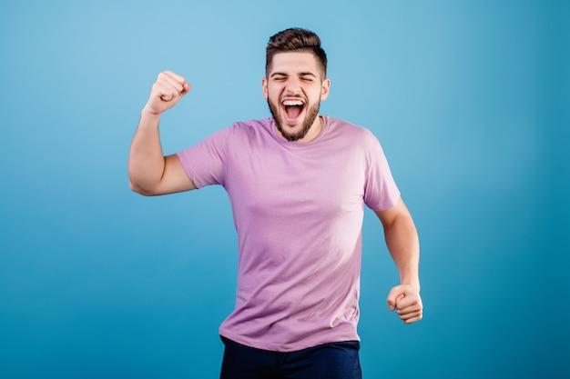 Het opgewekte gelukkige mens schudden handen glimlachen geïsoleerd op blauw