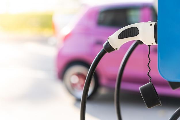 Het opladen van de accu van een elektrische auto om elektrificatie van het voertuig te krijgen