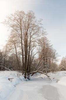 Het oppervlak van de rivier bedekt met ijs en sneeuw, bevroren in het winterseizoen