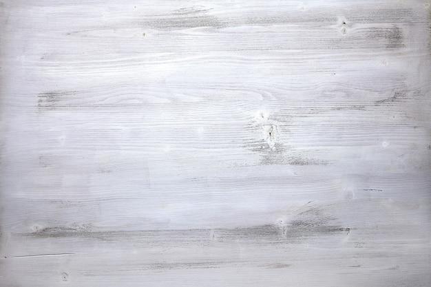 Het oppervlak van een oud hout terloops geschilderd met witte verf.