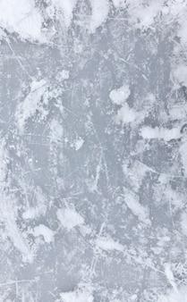 Het oppervlak van het meer bevroren in ijs