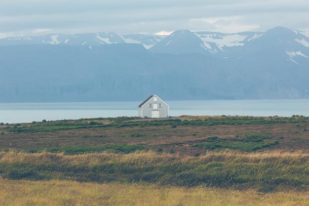 Het opruimen van huis bij kustlijn in oost-ijsland