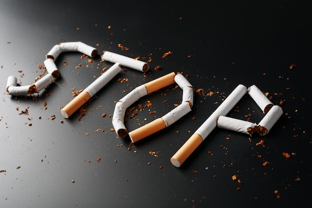 Het opschrift stop van sigaretten. stop met roken. het concept van roken is dodelijk. motivatie inscriptie om te stoppen met roken, ongezonde gewoonte.