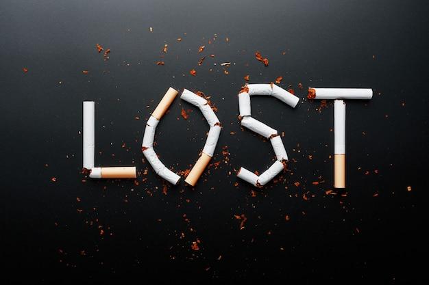 Het opschrift verloren van sigaretten. stop met roken. het concept van roken is dodelijk. motivatie inscriptie om te stoppen met roken, ongezonde gewoonte.