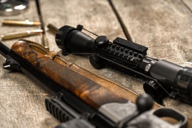 Het optische zicht en jachtgeweer op houten backgorund