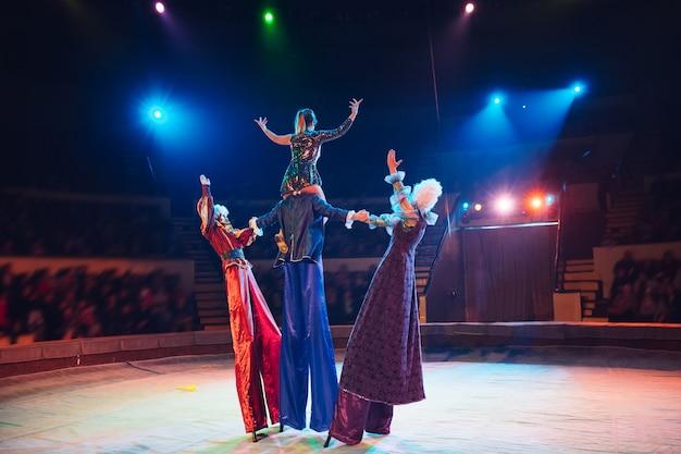 Het optreden van steltlopers in het circus.