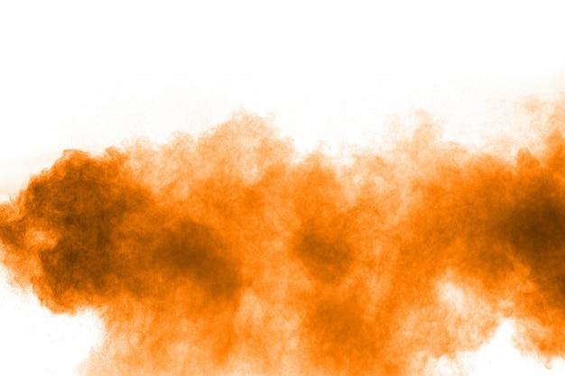 Het oranje kleurenpoeder ploetert op witte achtergrond.
