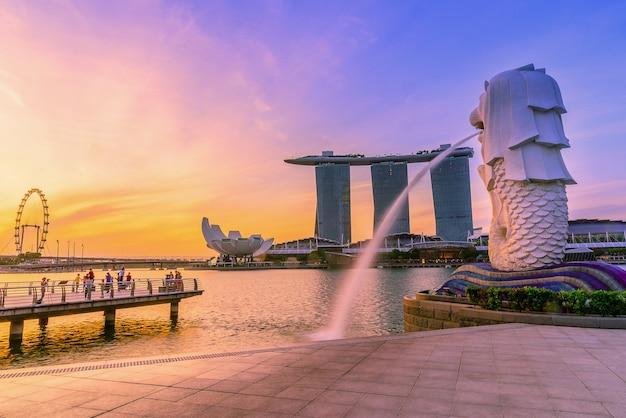 Het oriëntatiepunt merlion van singapore bij zonsopgang