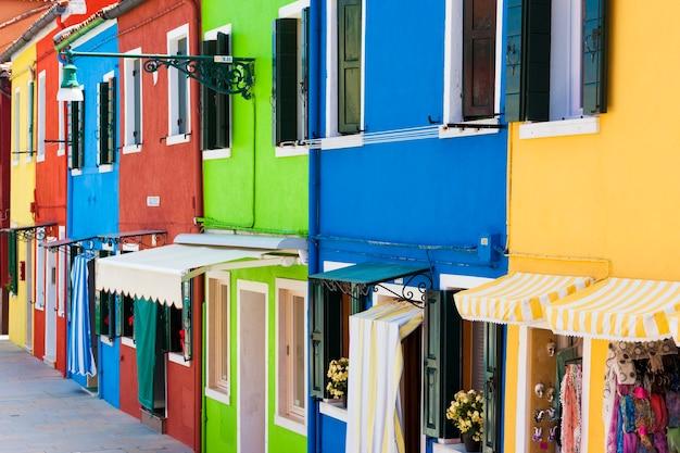 Het oriëntatiepunt van venetië, burano-eiland, kleurrijke huizen