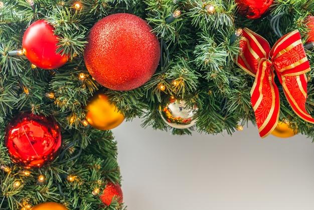Het ornament van kerstmis voor de deur