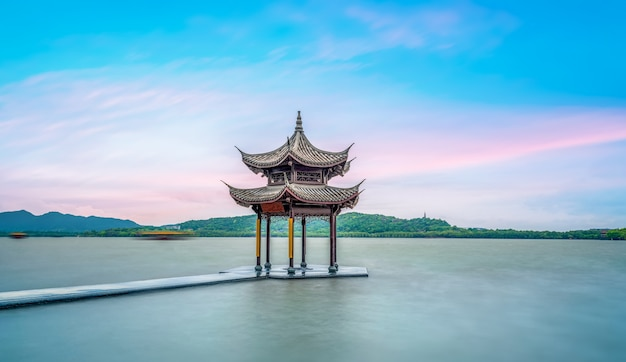 Het oude architecturale landschap van west lake in hangzhou