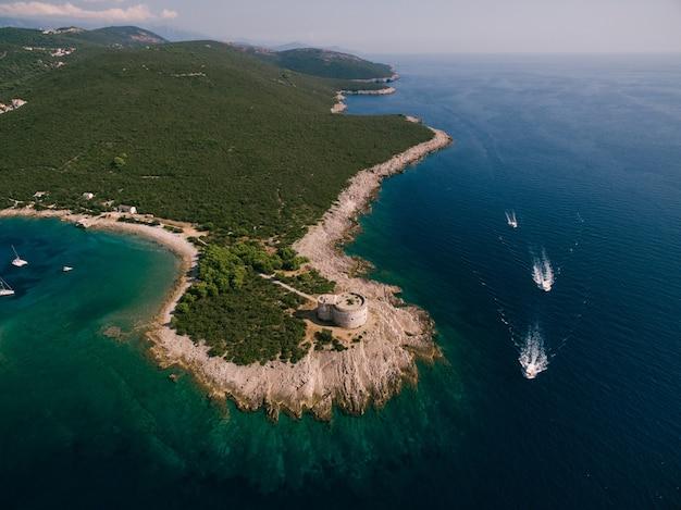 Het oude fort arza bij de ingang van de baai van kotor in montenegro in de adriatische zee aan de