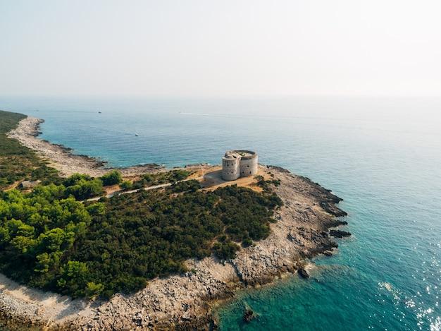 Het oude fort arza bij de ingang van de baai van kotor in montenegro