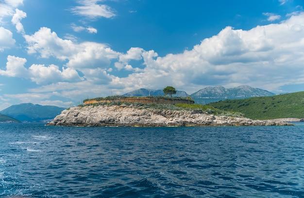 Het oude fort bevindt zich op het eiland mamula. boka-kotor-baai. montenegro.