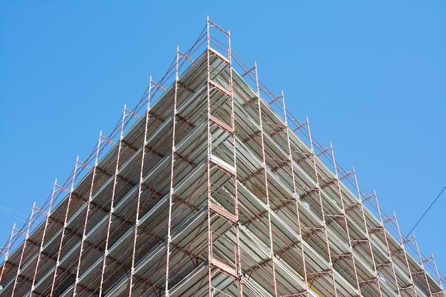 Het oude gebouw met de steigers in rome, italië. concept van veiligheid op het werk en renovatie van het huis