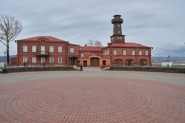 Het oude gebouw van de brandweerkazerne en de zuil voor het waarschuwen van de brand. kazan