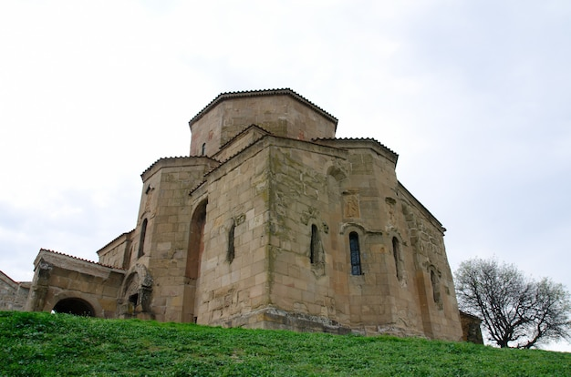 Het oude klooster jvari op de achtergrond van de lentehemel, bekijken van onderen