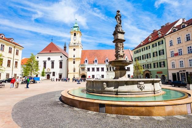Het oude stadhuis van bratislava is een complex van gebouwen in de oude binnenstad van bratislava, slowakije. old town hall is het oudste stadhuis in slowakije. Premium Foto