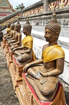Het oude standbeeld van boedha in bangkok thailand