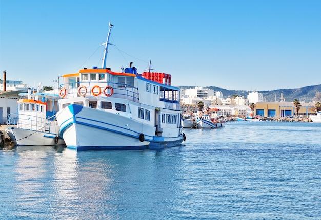 Het oude toeristische schip in de vissershaven. om te lopen.