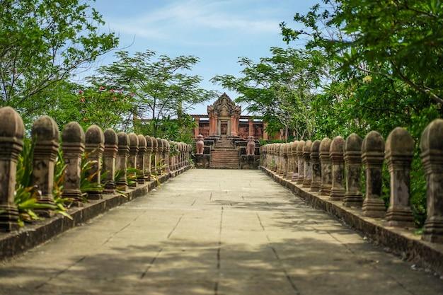 Het oude vintage / oude gebouw van thailand wordt gecreëerd door rode baksteen.