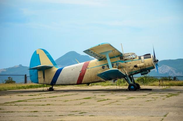 Het oude vliegtuig is op het vliegveld