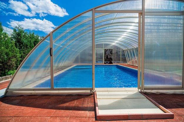 Het overdekte gedeelte van het zwembadwater houdt de warmte langer vast. de polycarbonaat deksel houdt de temperatuur van het water en de lucht op peil, maar beschermt de vijver ook tegen vuil
