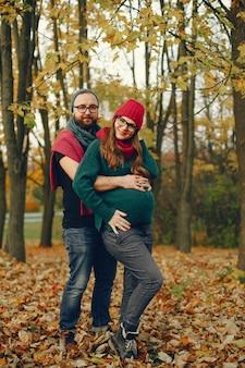 Het paar brengt tijd in een de herfstpark door