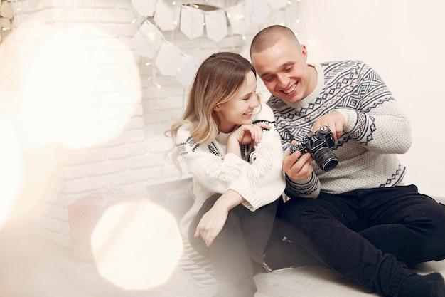 Het paar brengt tijd thuis door en maakt foto's