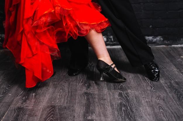 Het paar dat van het gewas op grijs parket danst