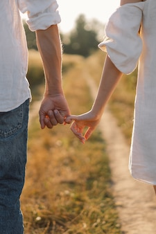 Het paar houdt elkaars hand vast. zwart-wit fotografie.