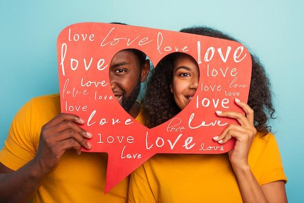 Het paar is blij omdat hartjes worden ontvangen op de sociale netwerkapplicatie