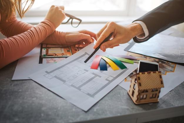 Het paar koopt of huurt samen appartement. weergave van man en vrouw handen knippen.