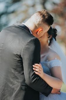 Het paar kust tijdens hun huwelijk