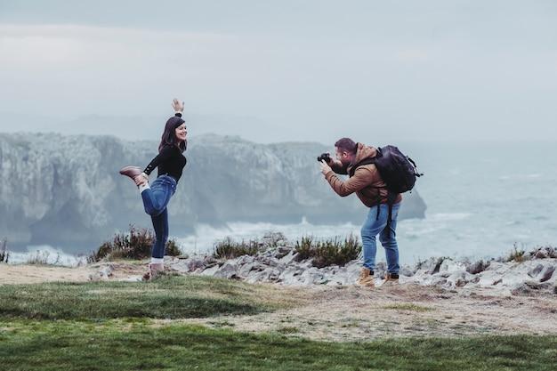 Het paar neemt foto's op klip