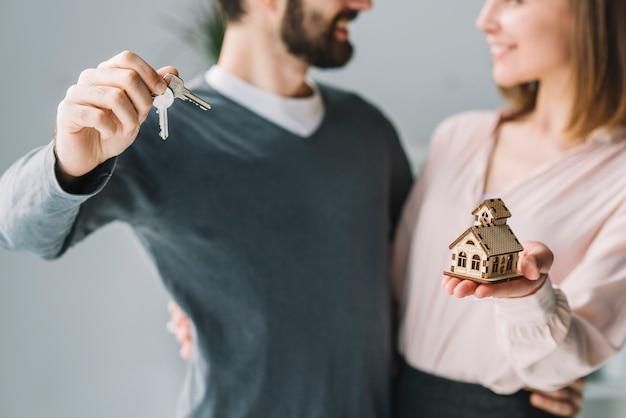 Het paar van de oogst met sleutels en huis