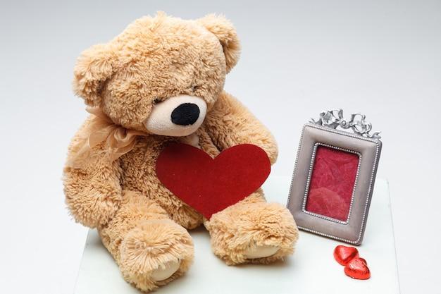 Het paar van teddyberen met rood hart. valentijnsdag concept.