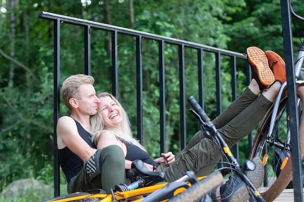 Het paar verliefd op fietsen in het bos in het park