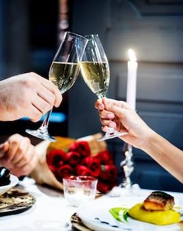 Het paar viert de dag van de valentijnskaart samen