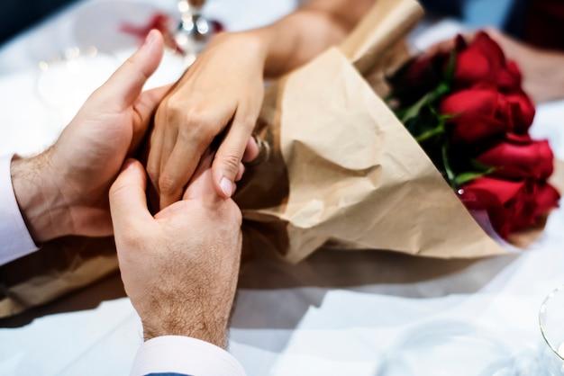 Het paar viert de dag van valentine samen
