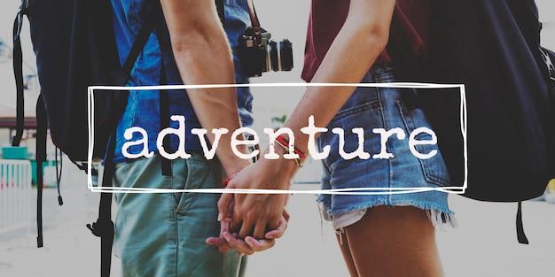Het paar wandelt samen reisword