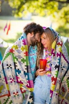 Het paar wikkelt zich in deken