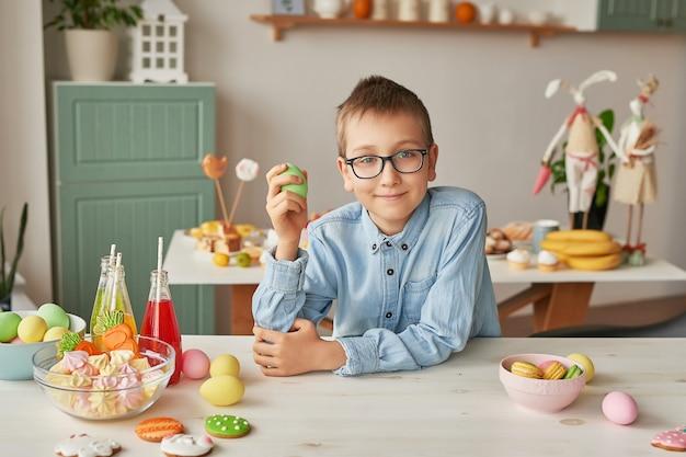 Het paasei van de jongensholding bij de keuken