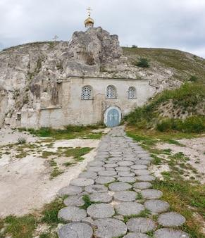 Het pad van de boomstammen naar de oude orthodoxe kerk in de krijtberg.
